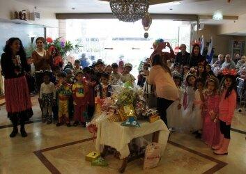 ביקור חגיגי של ילדי גן ותלמידות חטיבת ישורון (5)